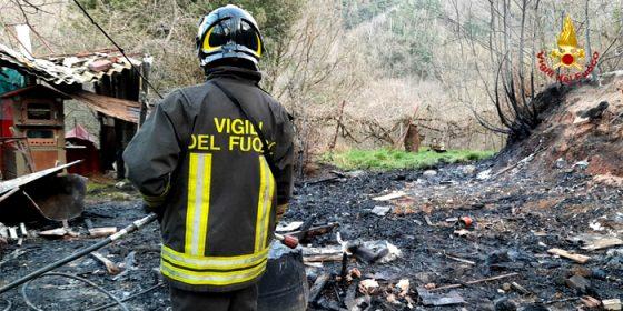Savona Brucia una baracca in via Cimavalle, incendio domato dai Vigili del fuoco