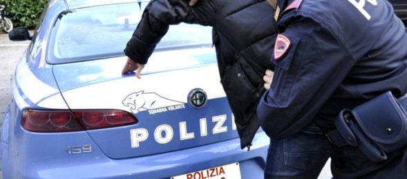 20enne sorpreso a spacciare colpisce gli agenti, arrestato