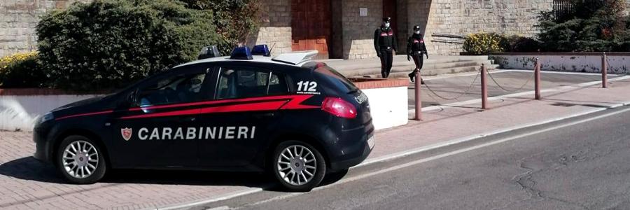 Violano i divieti e in processione comprano droga davanti la chiesa, 5 denunciati