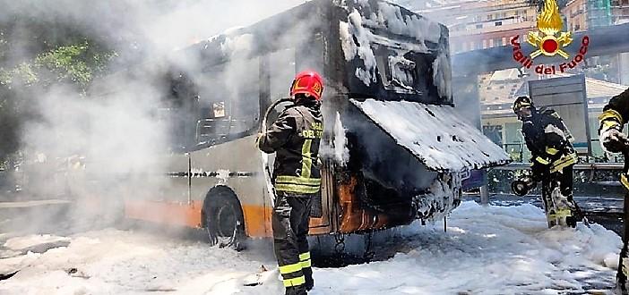 Prende fuoco un autobus in corso Firenze a Genova, nessun ferito