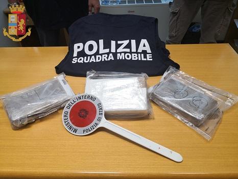 70enne corriere della droga preso con 3 chili di cocaina pura, valore di mercato un milione di euro