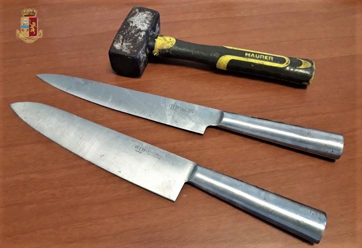 Sorpreso mentre ruba in via Vigna impugna coltelli e mazzetta e si scaglia contro i poliziotti, arrestato