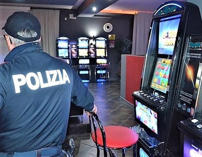 polizia savona, bimbo solo in sala giochi, cronaca