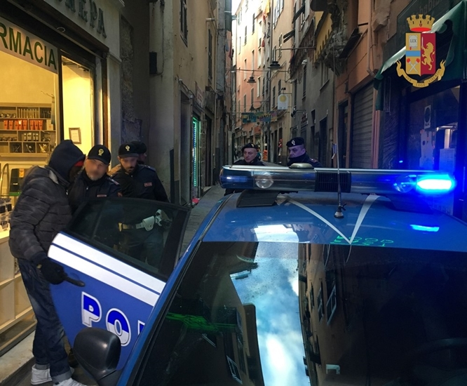 Coppia di Alessandria in trasferta a Genova per acquistare crack, arrestato il pusher 20enne