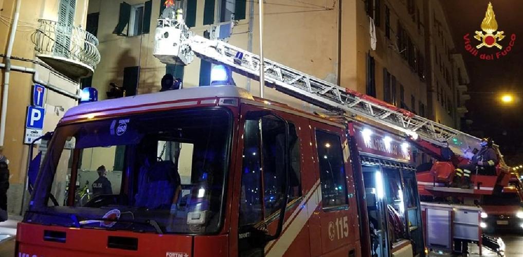 Ieri notte incendio in via Cornigliano a Genova, oltre ai Vigili del fuoco ben 5 ambulanze