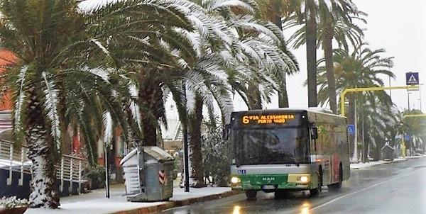 Trasporti. Giornata difficile per la neve: città e entroterra