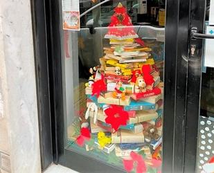 Un albero di Natale dove al posto delle palline ci sono i libri
