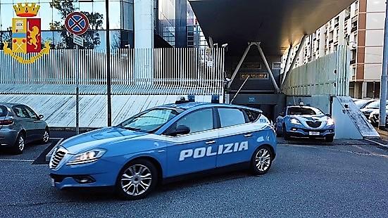 Gli portano la pizza e rapina il rider, 40enne arrestato a Genova