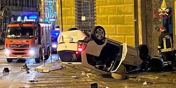 Spettacolare incidente stradale notturno di un taxi a Genova