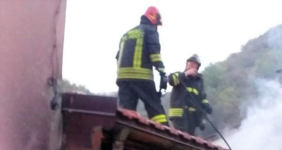 Genova, incendio casa a Frisolino, Vigili salvano due persone
