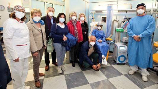 Avo dona un casco al galliera per pazienti soggetti alla chemio per la perdita dei capelli