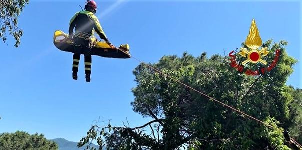 Giardiniere cade da tre metri, trasportato in elicottero a San Martino