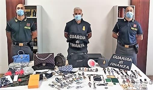 Finanza Genova: sequestrati oltre 12000 capi di abbigliamento contraffatti