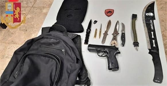 polizia Genova denuncia per possesso armi bianche e pistola