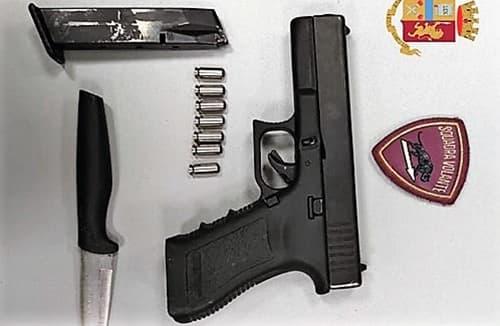 Importuna la fidanzata di un poliziotto ed estrae la pistola, arrestato