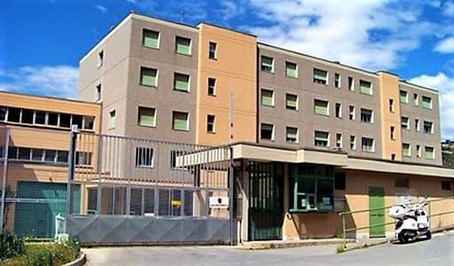Alta tensione nel carcere di Sanremo, detenuto aggredisce poliziotti