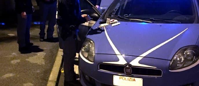 Bruciano auto, fiamme al palazzo, ferita una bimba. 2 arresti a Genova