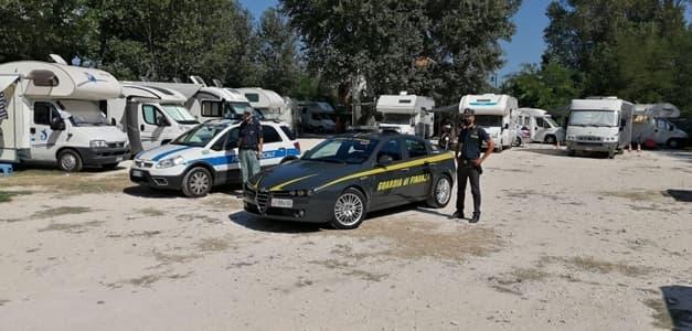 Finanza sequestra un camping abusivo con 23 famiglie a Sarzana