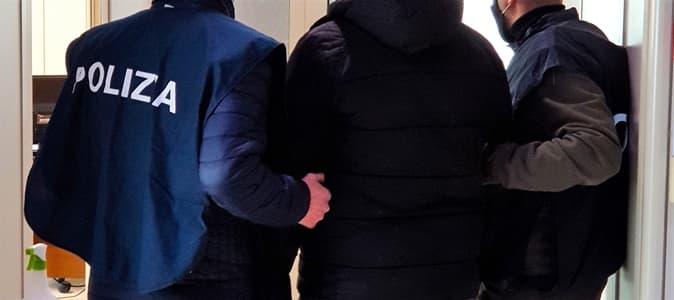 Savona 18enne circondato da 4 giovani, uno gli strappa la collana