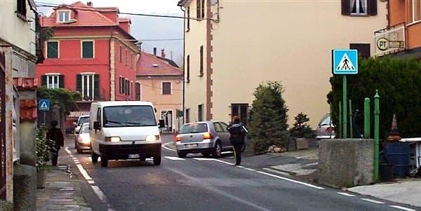 Incidente sulla SS334 del Sassello in centro a S. Giustina, auto capovolta