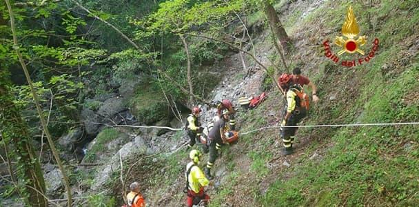 Genova, 68enne scivola per 20 metri lungo una scarpata, grave trauma