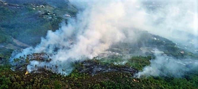 Incendio nel ponente savonese, riprese le operazioni: elicotteri e Canadair