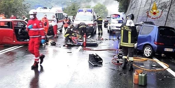 Scontro frontale in Valbisagno, donna grave, due bambine al Gaslini