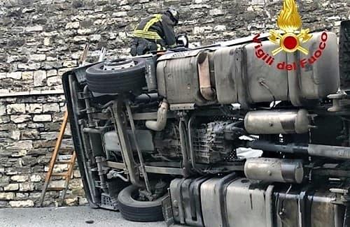 Incidente sulla A7, camion contro un muro tra Busalla e Genova