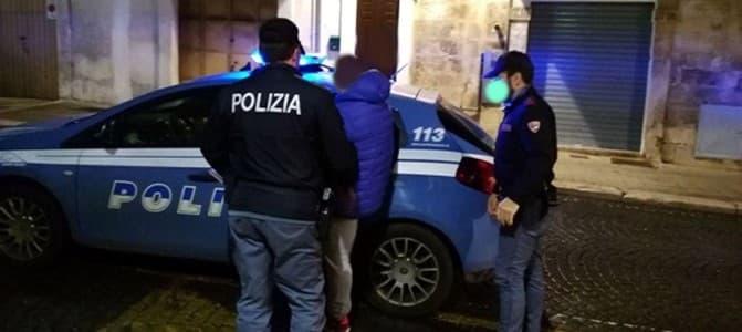 Prende a calci lo scooter di un ragazzo e anche i poliziotti, arrestato