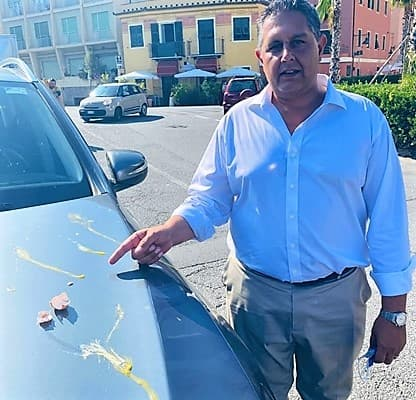 """Vaccini Liguria, Toti """"favorevole al green pass"""" e gli lanciano le uova"""