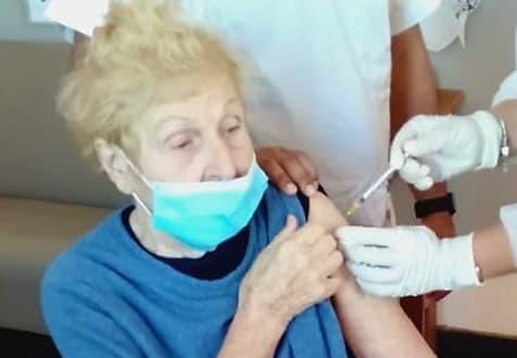 Vaccinazione anti Covid, terza dose alla signora Rita