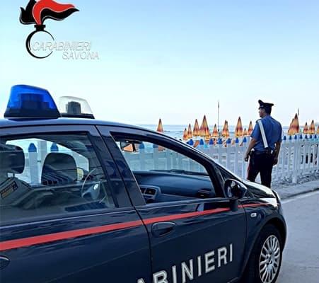 Albisola, molestano i bagnanti poi uno colpisce i Carabinieri, arrestato