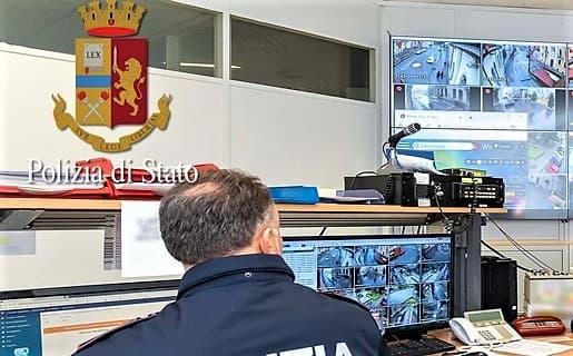 Calci e pugni ad un uomo e lo rapina all'Aeroporto di Genova, arrestato