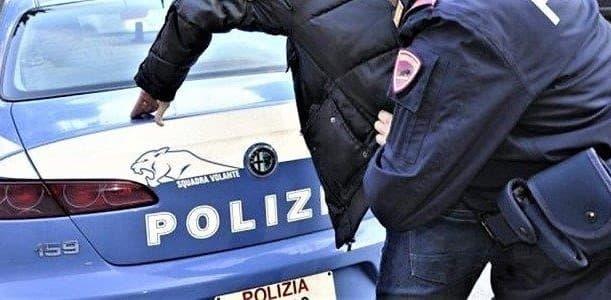 Ruba in via Centurione a Genova e aggredisce la vigilante, arrestato