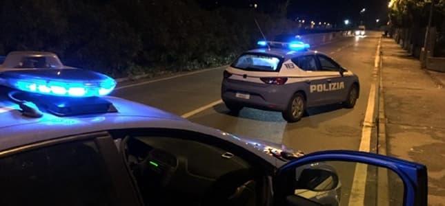 Genova, ruba uno scooter, cade, il ladro 16enne reagisce agli agenti