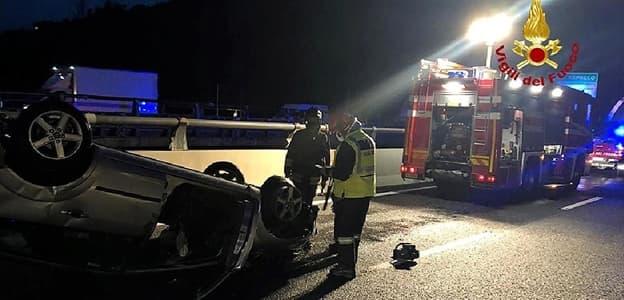 Auto si ribalta nella notte in autostrada A12 tra Rapallo e Chiavari