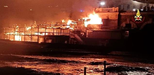 Genova stabilimento balneare distrutto dalle fiamme in Corso Italia