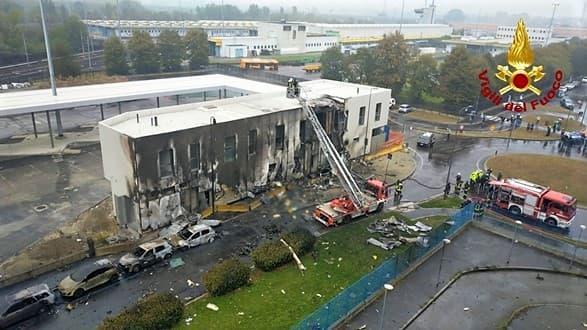 Il video della disgrazia di Milano, aereo precipita su edificio 8 morti